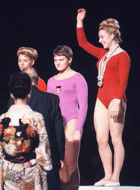 Questa immagine ha l'attributo alt vuoto; il nome del file è Larisa_Latynina_Birgit_Radochla_Věra_Čáslavská_1964-5.jpg